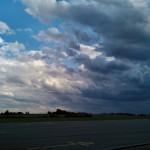 Wolken zum Fallschirmspringen ergeben ein perfektes Panorama